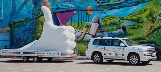 Toyota Land Cruiser 200 доставил гигантский «Лайк» изСанкт-Петербурга вГрозный
