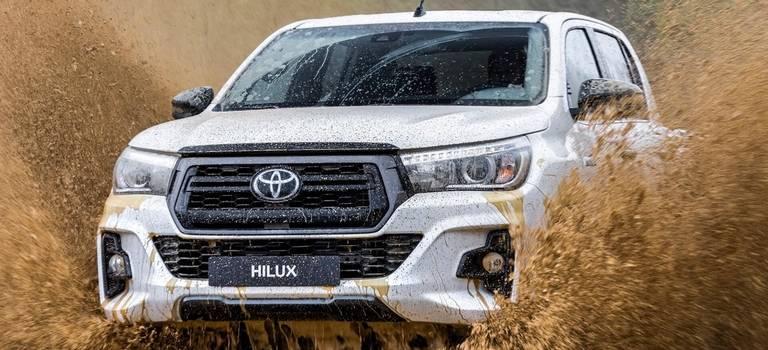 Пикап Toyota Hilux Special Edition получил черный декор