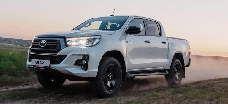 Toyota Hilux «перешла натемную сторону»: обзавелась версией Exclusive Black (от2,9 млн рублей)