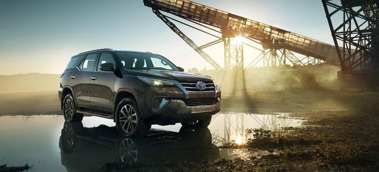 Toyota Fortuner теперь доступен сбензиновым двигателем поцене от1999000 рублей