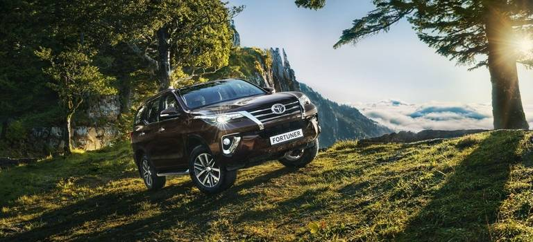 Toyota Fortuner: bi-LED, климат-контроль, 7 мест, дизель сАКПП ибескомпромиссная прочность за2599000 рублей.