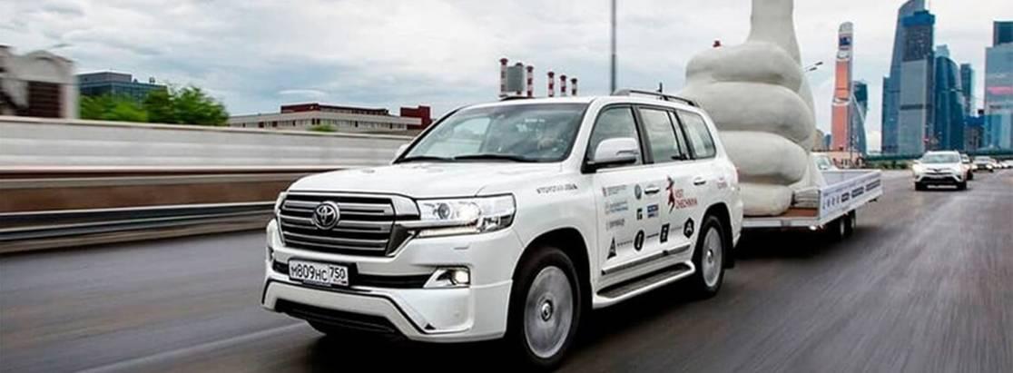 Land Cruiser 200 доставил гигантский «Лайк» изСанкт-Петербурга вГрозный