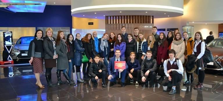 Компания «Саммит Моторс (Владивосток)» провела для учеников 10−11-х классов школы №28 экскурсии подилерскому центру.