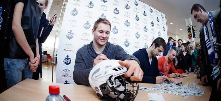 Автограф-сессию игроков «Адмирала» посетили свыше 250 человек