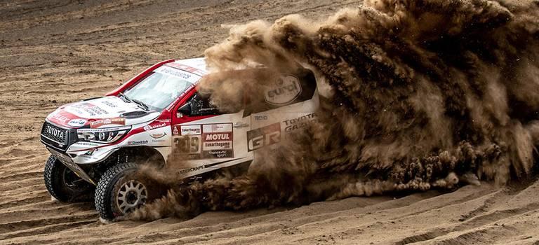Toyota празднует исторический триумф в«Дакаре»