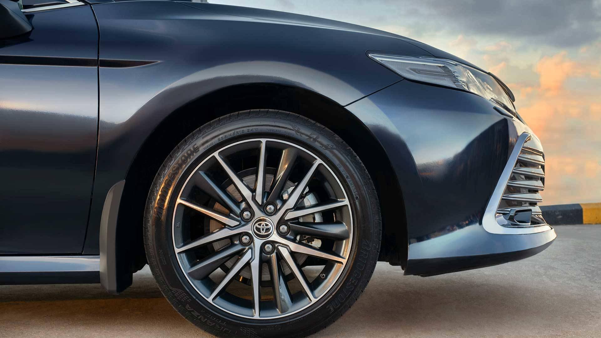 Toyota Camry нового цвета «красный, специальный металлик»