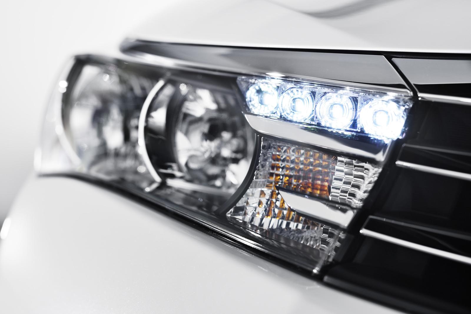 передние фары обновленная Toyota Corolla